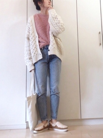 ケーブル編みの立体模様×フェザーニットのニュアンスを楽しむのもおしゃれ。ホワイトとパステルピンクの組み合わせがやさしい雰囲気です。