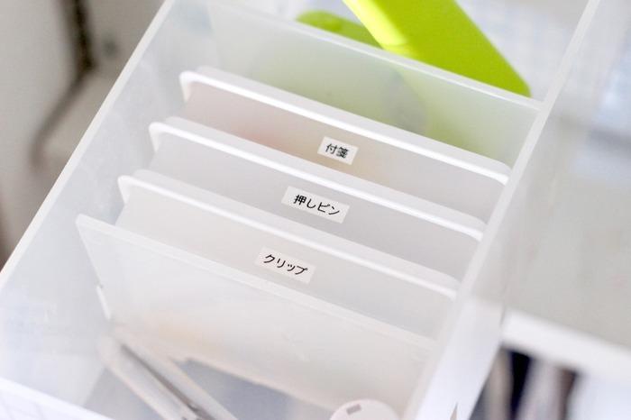 付箋や押しピン、クリップなどは、同じく無印の「ポリプロピレンカードボックス」に入れると立てて収納することができます。細かいものがたくさんある場合、引き出しの中でこういったケースに小分け収納することで、より使いやすくなりますね。