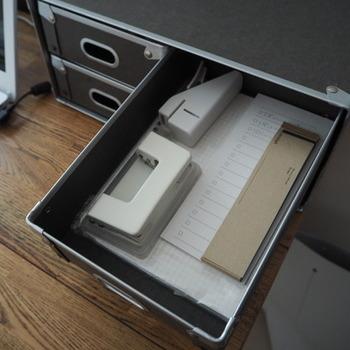 多少重さのある文房具類も気にせず入れられます。たっぷり収納できるので、デスク上もすっきり!こちらは引き出しが4つですが、書類やノートを入れやすい2段のものもありますよ。
