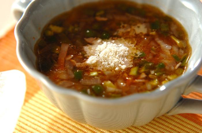 ピーマンを余らせがちな人におすすめなのが、1人分で1個のピーマンを使うトマトスープ。ケチャップで味を付けるので、ほのかな酸味や甘みが出て食べやすい味に仕上がります。