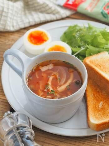 こちらはなんとレンジで2分加熱するだけで完成する超簡単トマトスープ。お鍋で煮込む必要がないのは、ケチャップがベースになっているからこそ。忙しい朝にぴったりのレシピです。