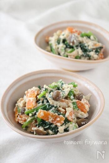 優しい味わいで野菜もたっぷり摂れる白和え。ごまの香りも食欲をそそります。しめじの代わりに、しいたけを使うのもおすすめです。主菜としても副菜としても、そしてお弁当のおかずにも活用できる嬉しい一品ですね。
