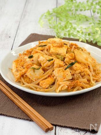 冷蔵庫にある食材でちゃちゃっと10分で作れる満足レシピ。豆腐、もやし、白菜キムチを炒めるだけなので、料理初心者さんでも簡単に作れますよ。お酒のおつまみにもおすすめです♪