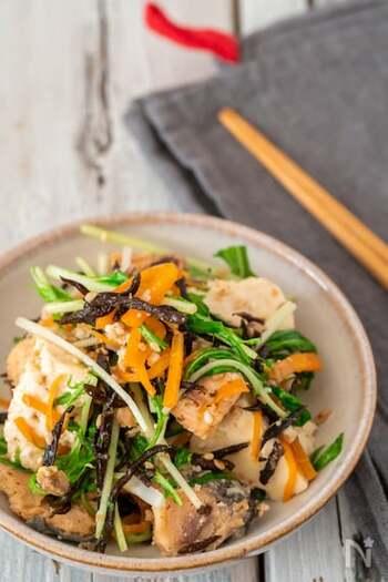 サケ缶、木綿豆腐、乾燥ひじき、にんじん、水菜と調味料をごま油で炒めるやみつきレシピ。サケと豆腐のホロホロ感と水菜のシャキッと感のバランスがちょうどいい◎こんなに食べ応えがあるのに低カロリーなのが嬉しいです。