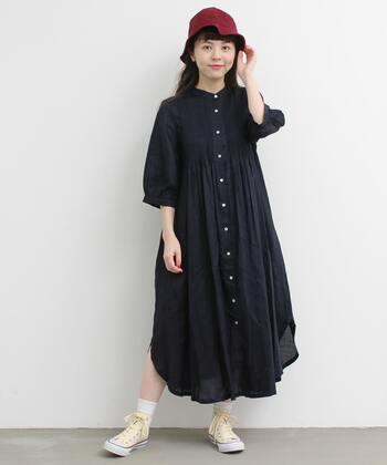 夏らしいリネン素材のシャツワンピースのカジュアルコーデ。たっぷり作られたピンタックにより、歩くたびになびく裾が女性らしいシルエットに。