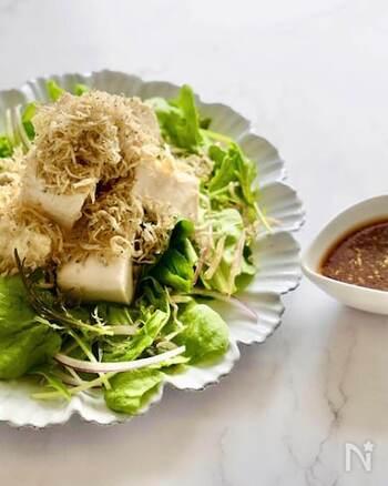 ごま油がふわっと香る、絹豆腐とちりめんじゃこのサラダ。ごま油、酢、醤油、オイスターソース、生姜、砂糖で作った中華風ドレッシングはコクがあってお味も大満足。低カロリーなのに満腹感もあり、ダイエット中の方にもおすすめです。