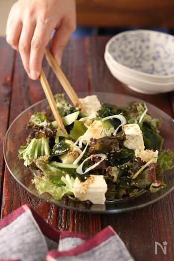 焼肉屋さんのサラダと言えばこれ!ご自宅でもとっても簡単に作ることができます。たっぷり食べたい時は豆腐を多めに入れて、お好みでコーンなどをプラスしても美味しいですよ。