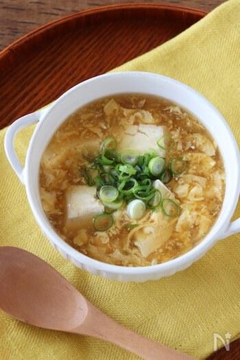 豆腐、卵、しょうがで作る簡単スープ。胃腸の不調も優しくケアしてくれるポカポカ温まるレシピです。ポイントは溶いておいた卵を最後に加えること。お好みで春雨を入れてもGOOD!