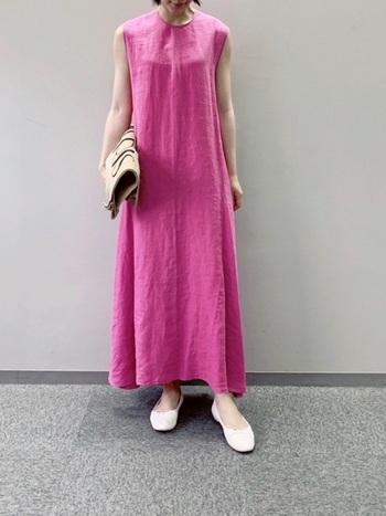 ビビッドなピンクカラーのワンピースは、リッチな印象が手に入ります。エレガントなのにどこか親しみやすさを感じるのは、バレエシューズがマイルドな印象にしているから。パキッとしたコントラストの馴染ませ役は、ベージュのバッグにおまかせ。