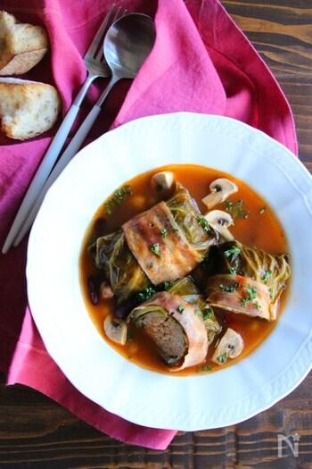 ボリュームのあるロールキャベツを煮込んだスープは、ケチャップとコンソメのシンプルな味付けです。マッシュルームやミックビーンズを加えておしゃれに仕上げましょう。