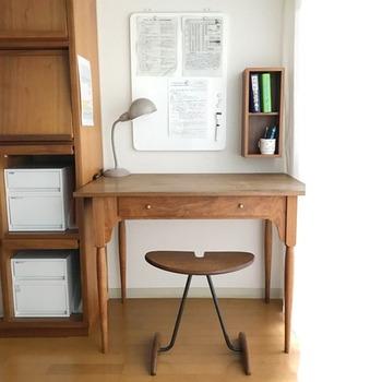 こちらは2マスの箱タイプに、辞書とペン立てを収納しています。机のスペースが広くなり、見た目もおしゃれになって一石二鳥。