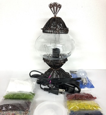 ランプ、電球、カットガラス、ビーズ、シリコンなど手作りトルコランプに必要なアイテムが一式ついたキットもあります。おうちで家族や友達と楽しみながら作れますので気軽ですね。