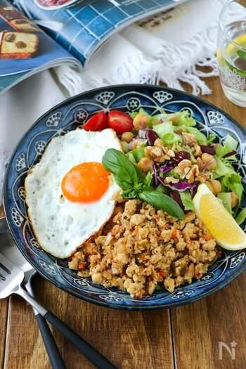 豆腐ミートをガパオ風に味付けしてレタスなどお好みの野菜と一緒に盛り付けるだけ!目玉焼きはお好みの固さで♪バジルとレモンを添えて、香り高いガパオのサラダボウルの完成です。