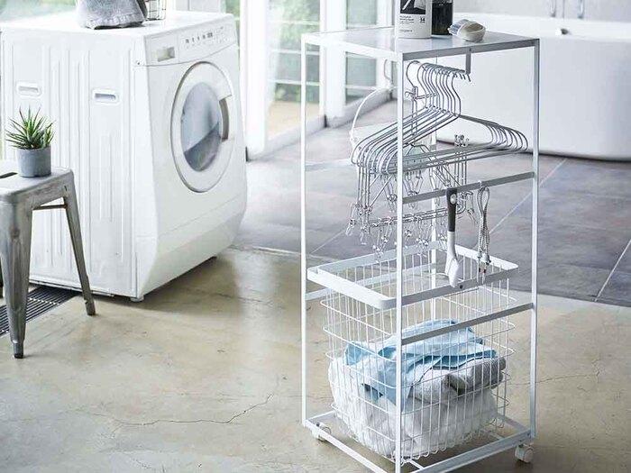 ハンガー、ピンチハンガー、洗濯バサミなど、煩雑になりがちな洗濯用品をまとめてキレイに収納できちゃう、天板付きランドリーワゴン。洗濯機の横にちょっとしたスペースに置いても邪魔にならないスリムなデザインで、必要な物をひとまとめにしておけば機能的。