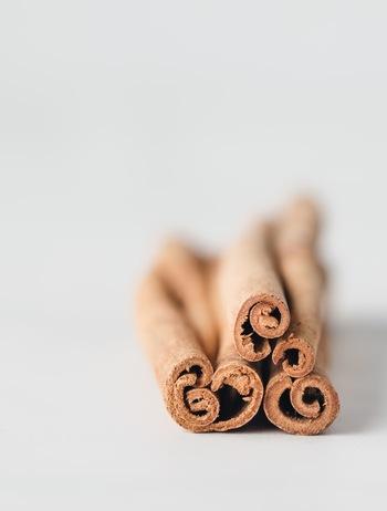 パンやお菓子に使われるのことの多いスパイスです。甘い香りが好きという方も多いはず!シナモンは、ニッケイ属の木の皮を乾燥させてできたものです。健康や美容に良い成分が含まれていますよ。漢方薬にも使われていて、体を温めるのに効果的◎