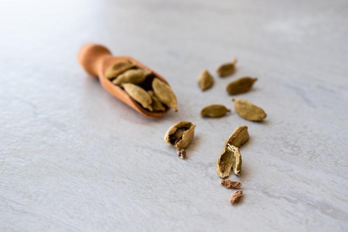 爽やかな香りが特徴で、カレーには欠かせないスパイスです。海外では、パンやコーヒーに使われることもあるそう。カルダモンは、ショウガ科の植物の実から取られたものです。ホールタイプは、香りの強い種子を砕いて使うと◎