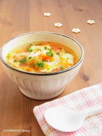 鶏のささ身を茹でたスープをベースにする、たっぷり野菜のスープです。  冷凍トマトは、細胞が壊れやすいので、火の通りもはやく、時短料理にもつながります。仕上げにオリーブオイルをかけると、ふんわりと香りが立って、より美味しそうになりますよ。