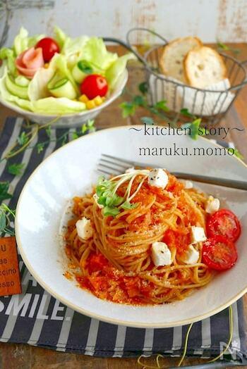 冷凍トマトを使ったパスタ用のトマトソースです。  栄養価をキープしたまま冷凍保存できるトマト。冷凍すると、細胞が壊れやすくなり、大きく潰して使うお料理にもぴったりなんです。  さらに、皮むきも驚くほど簡単!冷凍トマトに水をかけると、つるりと皮がむけます。トマトソースのように、滑らかさが大切なお料理には、皮は剥いておいた方が美味しくなりますよね。シンプルな味付けで、素材の旨みをしっかり味わいましょう。
