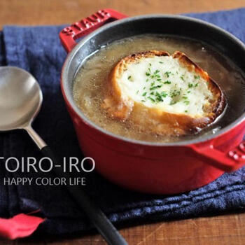 スライスした冷凍玉ねぎを使ったオニオングラタンスープです。  凍った状態の冷凍玉ねぎをお鍋に入れたら、蓋をしてじっくり蒸し焼きに。玉ねぎから出てくる水分がじんわりと回って、旨みも引き出されます。トッピングにチーズたっぷりのバゲットを浮かべたら、まるでお店のような仕上がりに。