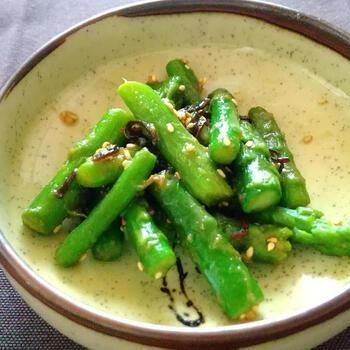 冷凍アスパラで作る、簡単ナムルです。  電子レンジ解凍した冷凍アスパラに、調味液を混ぜ合わせるだけ。柔らかなアスパラに、白いりごまのぷちぷちとした食感がほどよいアクセントに。食卓に緑の食材が足りないなと感じたときにぴったりのレシピです。