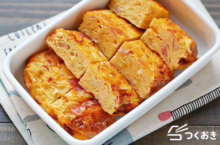キャベツやベーコンを卵液と混ぜてオーブンで焼くオープンオムレツ。焼き上がったあと粗熱を取って食卓に出せば華やかに、カットすれば一口でパクっと食べやすいので、お弁当のおかずとしてもおすすめです。