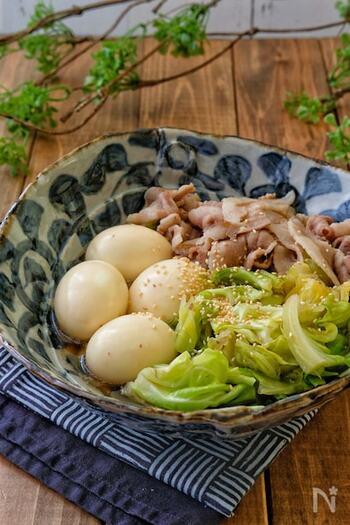 豚バラの旨みが、キャベツと卵に染みたおかずレシピ。具材をさっと煮て、ゆで卵はあとからゆっくりと火を通して完成です。ほっとする優しい味わいで、ごはんが何杯でも進みます。