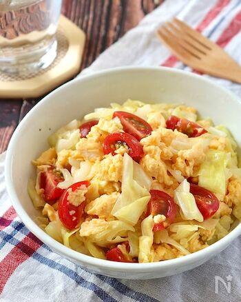 キャベツと卵にミニトマトが映えて食卓も明るく彩りサラダ。塩もみしたキャベツに炒り卵とカットしたミニトマトを調味料で和えるだけの簡単レシピです。