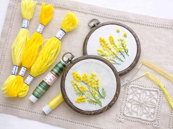 春の訪れを告げる花として知られる「ミモザ」。春のファッションに施したい人気モチーフです。  こちらの作品は、ミモザのお花にふんわりとした黄色の糸を使用。簡単に、ポンポンとした丸さを出すことができます。