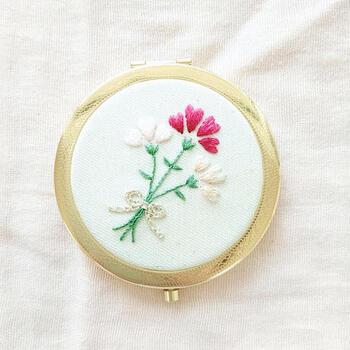カーネーションの花言葉は「母の愛」。それゆえ、カーネーションは母の日のプレゼントに施す刺繍としてもぴったり。  繊細な花びらの様子を表現することが難しいので、初心者さんはこのように、カーネーションの代表的なイラストの特徴を掴んで表現してみるのがオススメです。