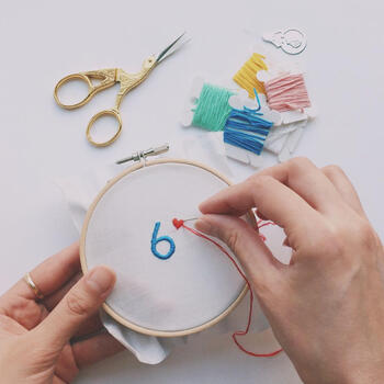 カレーという自由を楽しみ、様々な人やアイディアを混ぜ合わせるプロジェクト「6curry」が手掛けた、初心者さん用の刺繍キットです。  ・布をピンと張るための刺繍枠 ・刺繍用の針 ・糸通し ・刺繍糸5色 がセットになっています。