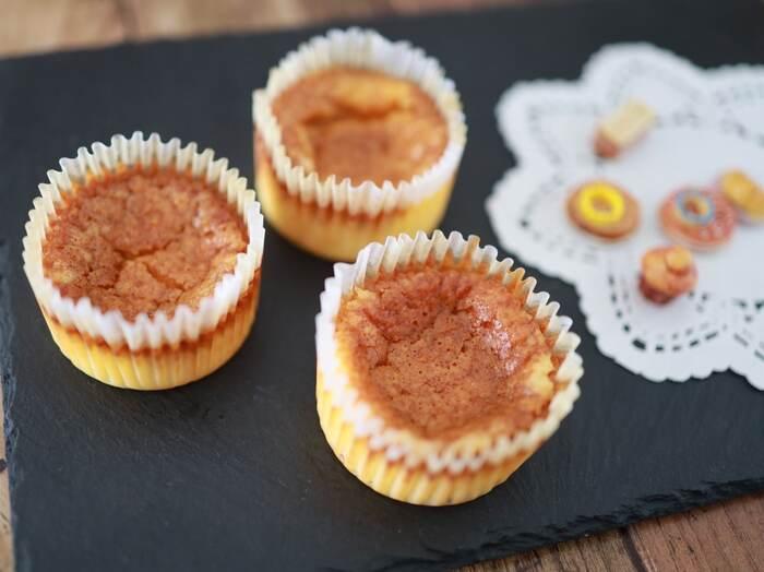 ホットケーキミックスで手軽につくれる一品おやつ、でも味は本格的。表面にカラメルソースをかけることで香ばしくし上がります。