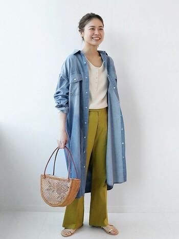 ワーク感のあるディティールのデニムシャツも、抜け感を作って羽織ると大人の余裕を感じさせるスタイリングに!見るからに着心地の良さが伝わる素材感も◎。ブルー×グリーンで、スタイリッシュかつヘルシーな女性らしさが手に入ります。カゴバッグ&サンダルで夏が待ち遠しい!