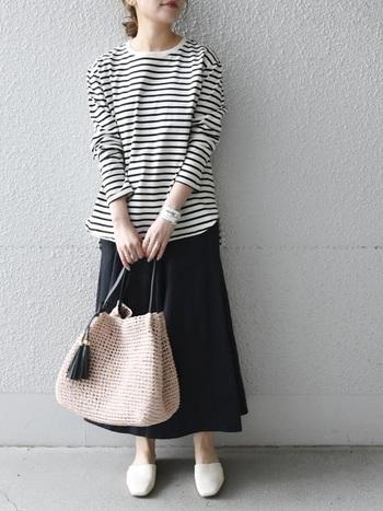 ボーダー×黒スカートのベーシックなコーデ。センス良く見えるのは足元の抜け感が大きなポイントに。白のミュールを合わせることで、大人の休日スタイルが一気にアップデート!