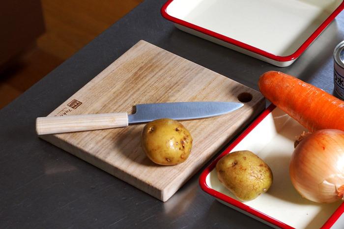 こちらの包丁は、ある程度刃物の扱いに慣れたお子さんにおすすめ。手に馴染む白木のハンドルや、シャープなステンレスの刃はまるで大人用みたい!