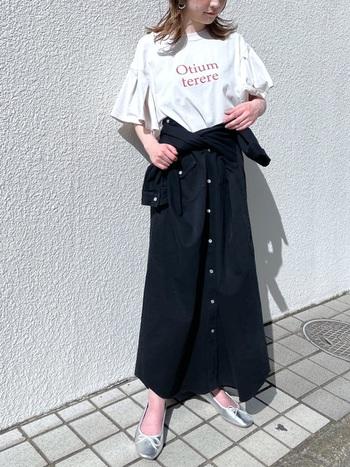 ロングデニムシャツをウエストに巻いてスカート風にアレンジ。人とは違うテクニックで周りに差をつけちゃいましょう。マスターできれば、ワンピ・羽織り・スカートの3wayが楽しめます♪