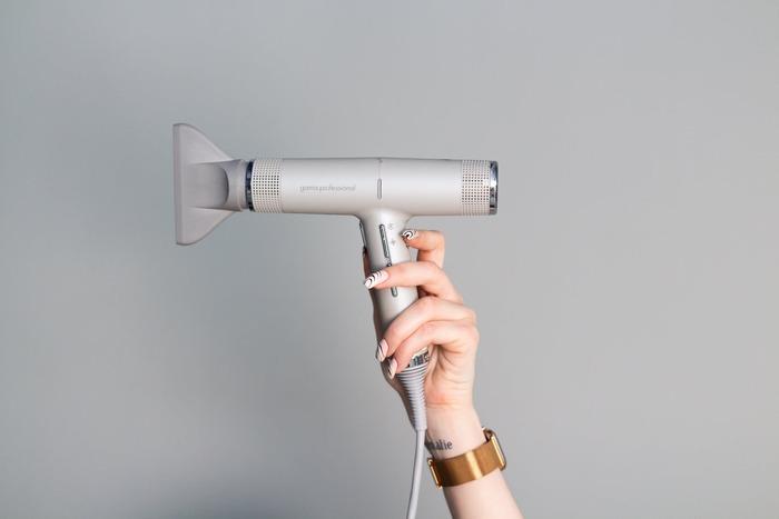 髪の毛に水分が残った状態は、うねりの最大の原因となってしまうので要注意。お風呂から上がったら、特に根元を中心に素早く乾かしてあげましょう。 ドライヤーをする際は、髪の毛ではなく地肌を乾かす意識を持つのがポイント。頭皮が乾いてくると、自然と毛先も乾きます。