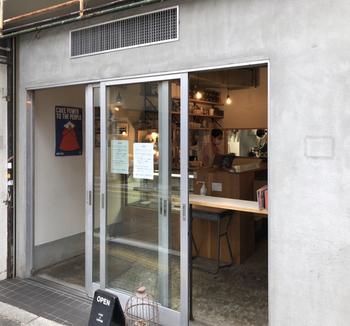 松陰神社商店街の人気ケーキショップ「MERCI BAKE(メルシーベイク)」。オーナーパティシエの田代翔太さんは、フランスや国内のレストランで修業を積んだ実力の持ち主。本格的な味を気軽に食べられると評判です。