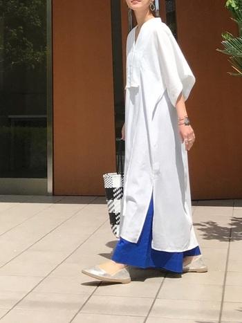 今年トレンドのシャツワンピースを主役に♪真っ白なワンピは爽やかなロイヤルブルーのスカートと合わせて、大人クールな印象に。大ぶりのシルバーアクセとシューズを合わせれば、コーデ全体を引き立ててくれます♪そして、大きめののメッシュトートで上手にカジュアルダウン。もう少しキレイめに寄せたい時は、バッグもシルバーにするとより洗練されたスタイルにアップデート可能!
