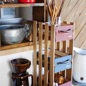 キッチンやリビングで活躍する引き出し式の収納棚。すのこをベースにしているので簡単に作れますよ。組み立てると色を塗りにくいので、先にペイントしておきましょう。