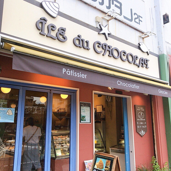 茅ヶ崎に本店を構える「イル・ド・ショコラ」の鎌倉店は、若宮大路沿いにあるおしゃれなショコラティエ。着色料や保存料を使わず、天然素材にこだわったスイーツが人気です。カカオの苦みとコクが豊かなボンボンショコラや、貝型の生シェルパイと並ぶ、瓶スイーツを食べてみませんか?