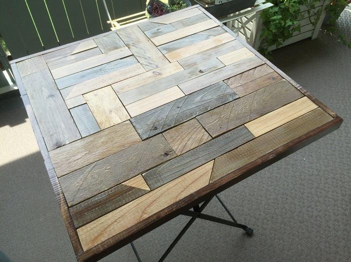 テーブルを最初から作るのは大変です。でも、市販をテーブルをリメイクすれば簡単に自分好みのテーブルを作れますよ。材料は元のテーブルの天板より一回り大きい板。いろいろなサイズの木材をパズルのように組み合わせて模様を作っています。