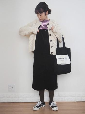 ジャンパースカートはニットやタートルネックとの相性がよいので、これからの季節に一枚あるととっても便利!コーデュロイ素材なら今年らしい着こなしに。