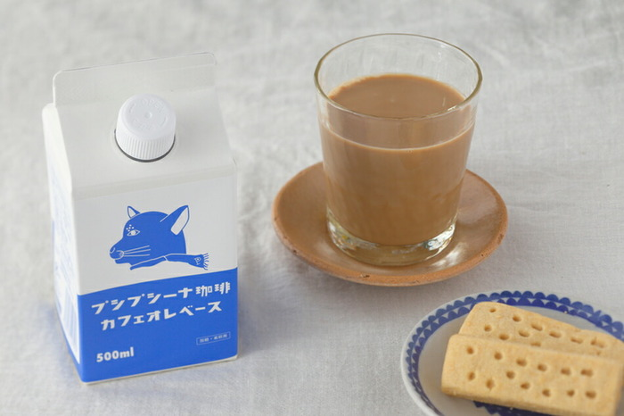 「プシプシーナ珈琲」のカフェオレベースは、コーヒーと甜菜糖だけで作られた優しい甘さとほろ苦さが絶妙なバランスです。牛乳を1:1で割るだけなので簡単!冷蔵庫に入れておけばいつでも好きなときに飲めますね。バニラアイスクリームにかけて、アフォガード風に楽しむのもおすすめです。