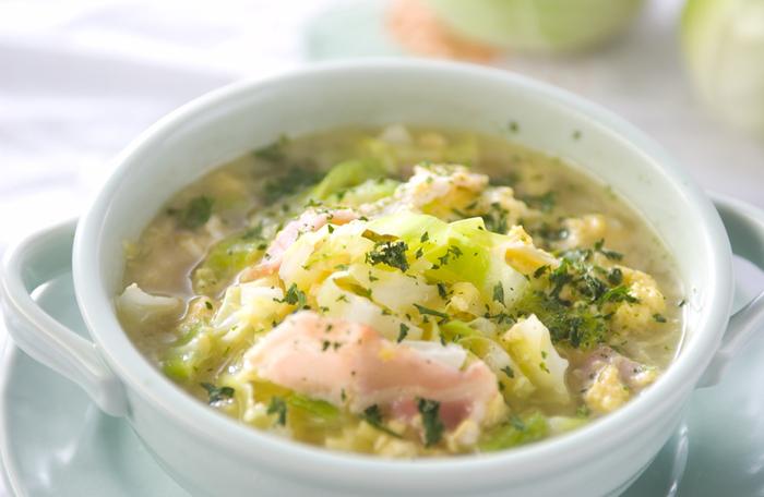 具だくさんのキャベタマスープ。キャベツと卵の優しい味わいに、ベーコンのアクセントが加わって、旨みたっぷりの何倍でも飲みたくなるスープに仕上がります。