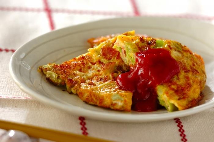 朝食にもおすすめの栄養たっぷりオムレツ。炒めたキャベツとベーコンを卵液に混ぜて焼くだけで、簡単で冷めても美味しいので、その日のお弁当にもう一品欲しいというときにも最適です。