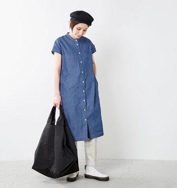 体を包むようなコクーン型のロングデニムシャツ。フレンチスリーブ袖が、女性らしさをプラスし肩回りも華奢見せしてくれます。モノトーンでまとめた、シンプルながら洗練されたシルエット。