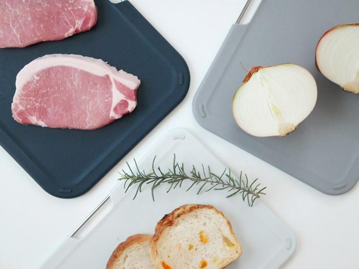 3枚それぞれカラーが異なるので、お肉用、野菜用と分けて使えますね!まな板の表面には凹凸があり、食材が滑るのを防いでくれます。見た目の良さだけでなく、使いやすさも考えられているのが嬉しい。