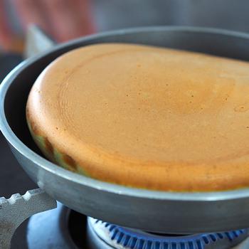 素材の良さはさることながら、約4mmの板厚なので熱が均一に広がり、いつもと同じレシピと材料で作っても、外はカリッ!中はふわっとした、お店でいただくような、厚焼きのパンケーキを焼くことができます。パンケーキだけでなく、小ぶりで熱伝導率が良いので、ちょっとしたお弁当作りに活用でき、忙しい朝に助かります。