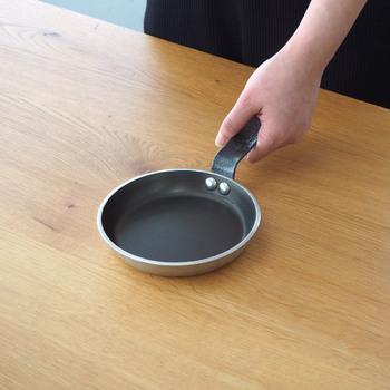1830年にフランスで設立された老舗の調理器具メーカー「De Buyer(デバイヤー)」。熟練の職人さんたちが作り上げる品質の高いアイテムは、今では世界中のシェフや一般家庭で広く愛用されています。そんなフランスの伝統的な技術をいかして作られた、φ14.4cmと小ぶりで持ちやすいパンケーキパン。