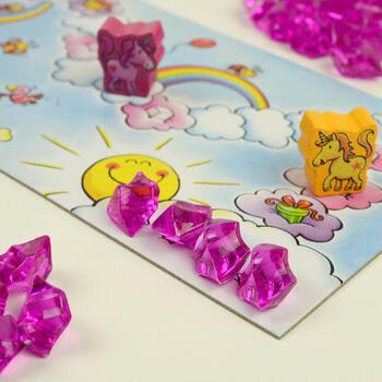 子ども向けの高品質なおもちゃでは定評のあるドイツ・HABA社の製品です。ピンクのクリスタルを集めながら、ユニコーンのコマが雲の上を進んでいきます。ピンク好き、ユニコーン好き、キラキラ好きの子どもにはたまらないはず!